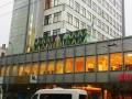 Lielizmēra gaismas reklāma uz ēkas jumta
